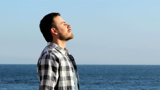 mann, entspannen, atmen frischen luft am strand - atemübung stock-videos und b-roll-filmmaterial