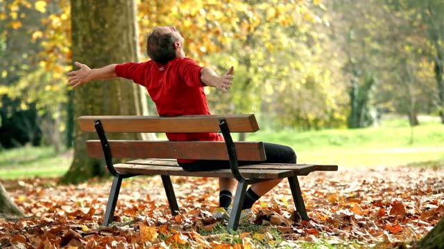man relaxing on bench - sitta bildbanksvideor och videomaterial från bakom kulisserna