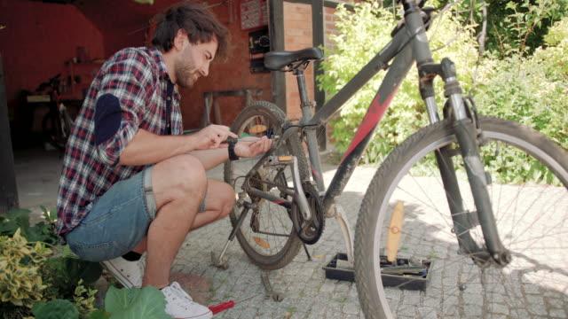 Mann Reparatur Fahrrad – Video