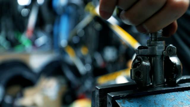 Man repairing bike 4k shoot with canon 1dx mark 2 crank mechanism stock videos & royalty-free footage