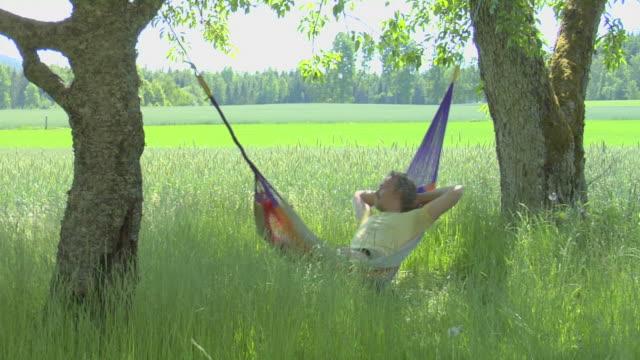 uomo di relax su un'amaca, la tranquillità - amaca video stock e b–roll