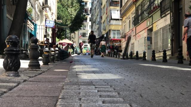 man riding an electric scooter - monopattino elettrico video stock e b–roll