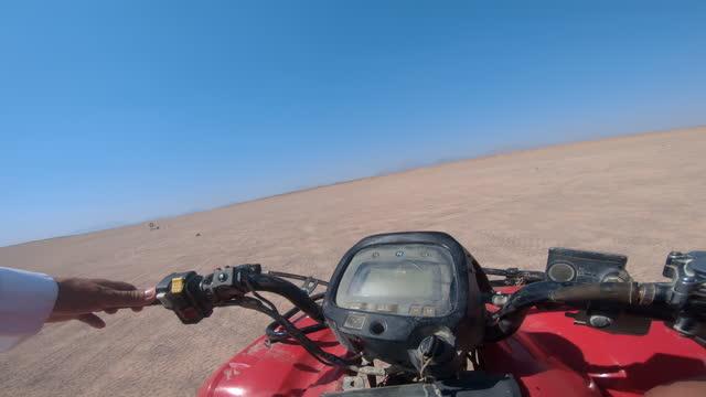 uomo in sella a atv nel deserto, pov - dakar video stock e b–roll