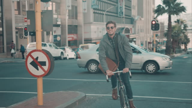 Man riding bike en entorno urbano - vídeo