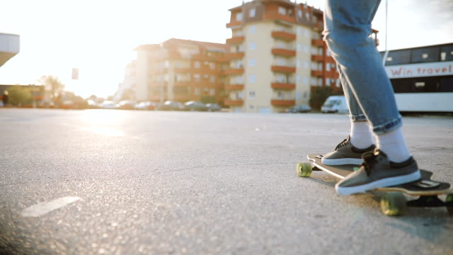 mann reitet skateboard auf parkplatz - rebellion stock-videos und b-roll-filmmaterial
