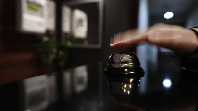 otelde bir servis zili çalan adam - hotel reception stok videoları ve detay görüntü çekimi