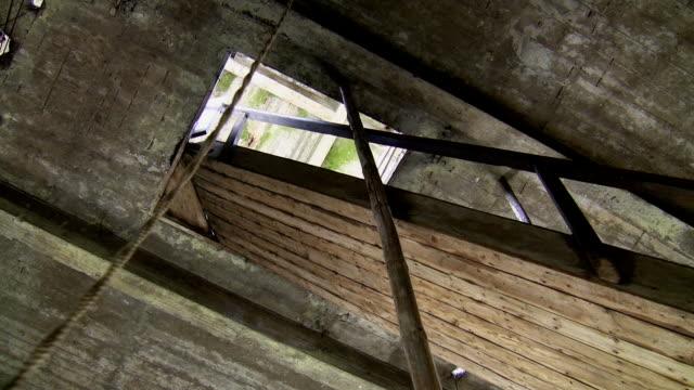 vídeos y material grabado en eventos de stock de hombre tocando campanas en la torre de la iglesia - misa
