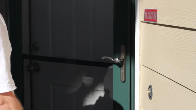 vídeos de stock e filmes b-roll de homem soar porta da frente bell e bater à porta - door knock