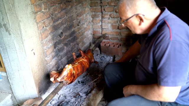 男は唾で豚を焙煎 - 子豚点の映像素材/bロール