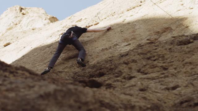 vídeos y material grabado en eventos de stock de escalada de hombre fuera - basalto