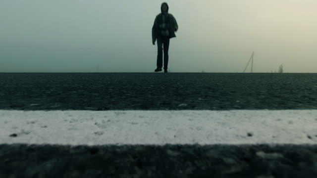 a man running across the freeway in the fog - сбежавший из дома стоковые видео и кадры b-roll