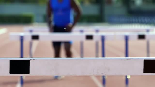 vídeos y material grabado en eventos de stock de hombre corriente raza de cañizo, sentimiento fuerza y excelencia en el deporte profesional - valla artículos deportivos