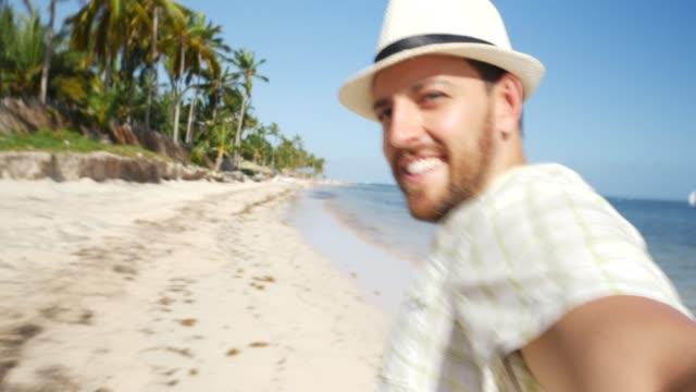 man kör på stranden pov - endast en man i 30 årsåldern bildbanksvideor och videomaterial från bakom kulisserna