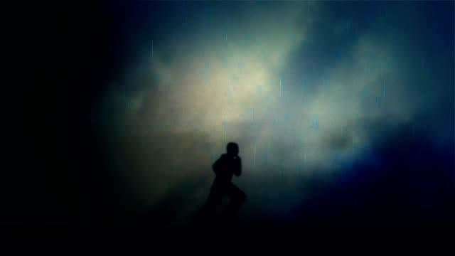 stockvideo's en b-roll-footage met de running man onder een onweer en regen at night - lus - er even tussenuit