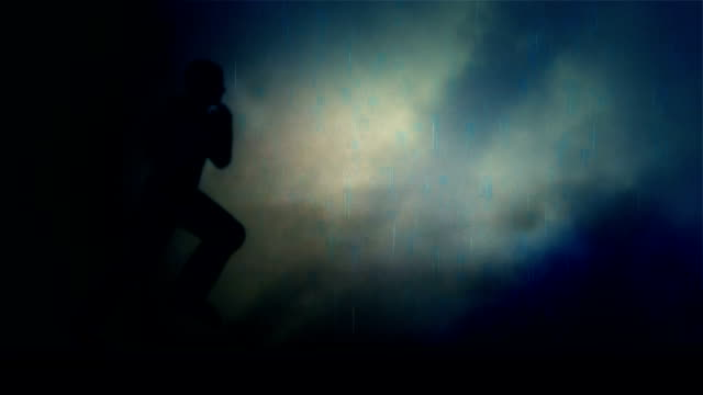 stockvideo's en b-roll-footage met man uitvoeren onder een storm en bliksem - lus - er even tussenuit