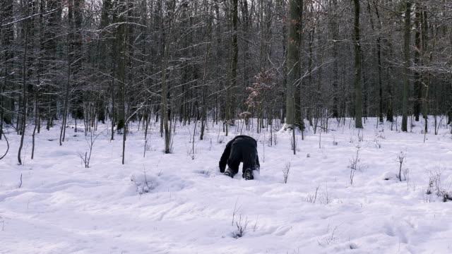 человек бежит, как сумасшедший через лес в зимний период. - сбежавший из дома стоковые видео и кадры b-roll