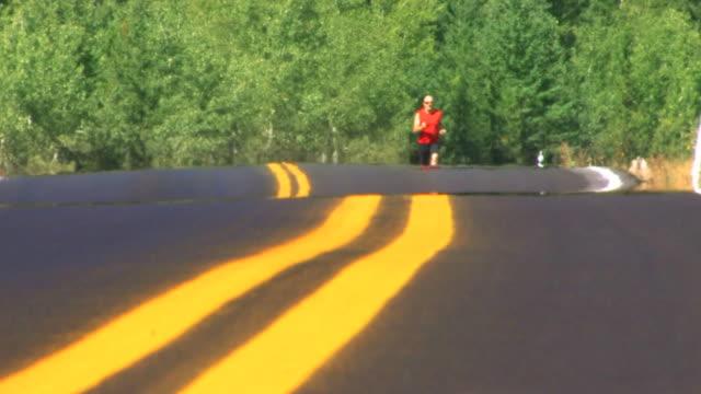 vidéos et rushes de homme courses sur route - canicule