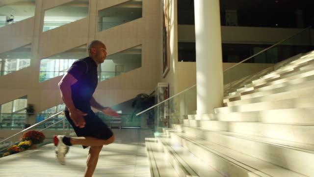 человек работает вверх по лестнице - ступеньки стоковые видео и кадры b-roll