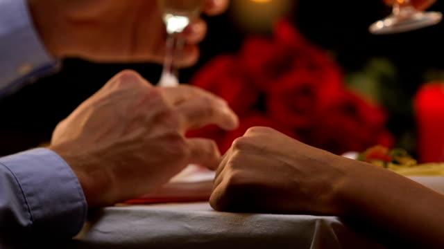 mann sagt toast, geliebte frau zärtlich mit ihrer hand, liebe, valentinstag - champagner toasts stock-videos und b-roll-filmmaterial