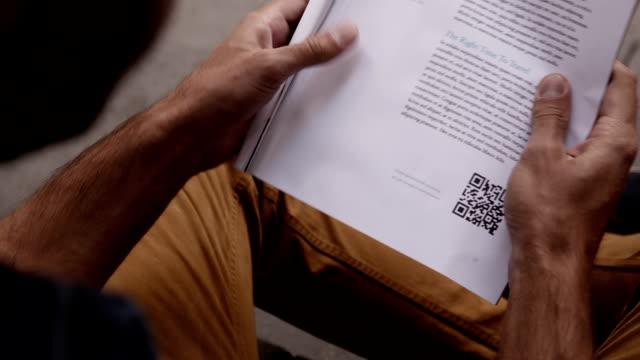 vídeos y material grabado en eventos de stock de hombre exploración código qr con teléfono inteligente - escáner plano