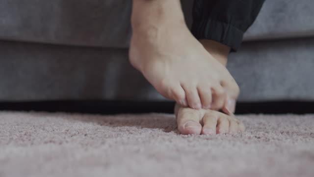uomo che si gratta il suo prurito foot.healthcare e concetto medico. - dito del piede video stock e b–roll