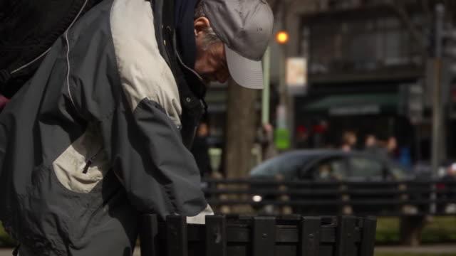 Hombre búsquedas en poner verde puede-MS - vídeo