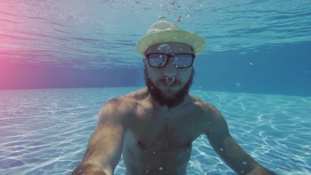 mann selfie unterwasser mit handy - selfie stock-videos und b-roll-filmmaterial