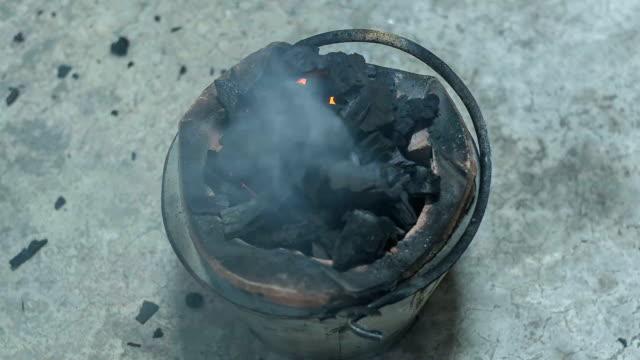 vídeos y material grabado en eventos de stock de hombre ubicado en fuego en el carbón. - pinzas utensilio para servir