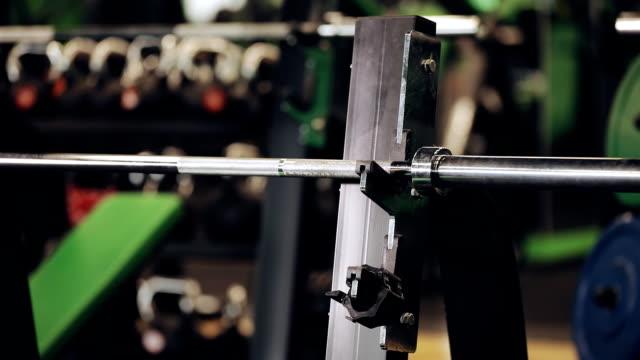 vídeos de stock, filmes e b-roll de homem definir o peso na barra - comodidades para lazer