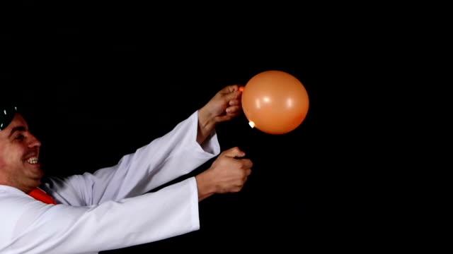 Hombre juegos de incendios, a un globo, black background, slow (LENTO) - vídeo