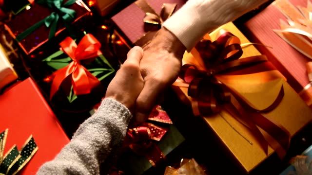 vídeos y material grabado en eventos de stock de hombre estrechar la mano con la mujer y dar un regalo de navidad a ella - zoom meeting