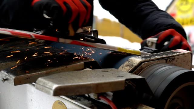 mann, ski skifahren zu schärfen. profi-maschine vorbereiten ski - wachs epilation stock-videos und b-roll-filmmaterial