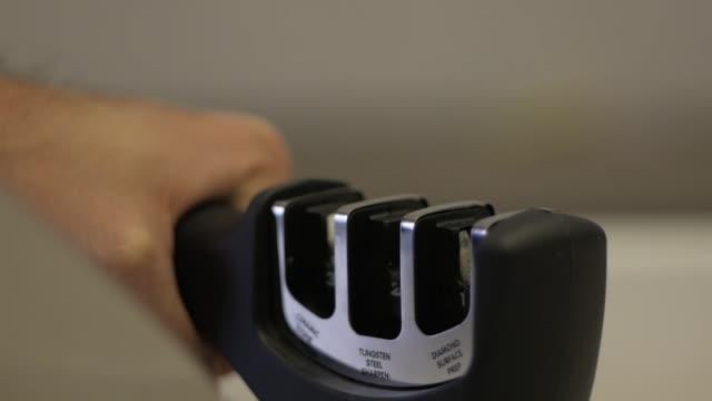 vídeos y material grabado en eventos de stock de hombre afila un cuchillo sobre la chaira - cuchillo cubertería