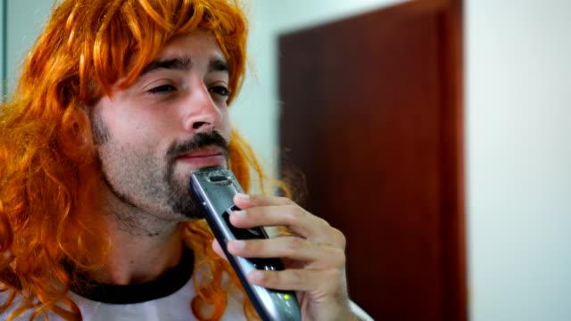 sakalını tıraş transseksüel adam - peruk stok videoları ve detay görüntü çekimi