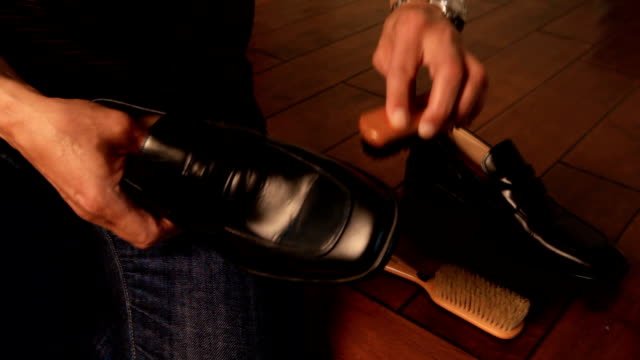 uomo pulizia delle scarpe - lucidare video stock e b–roll