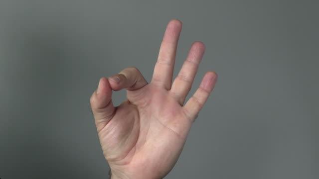 człowiek pokaż z jego palce wszystko jest ok znak - znak ok filmów i materiałów b-roll