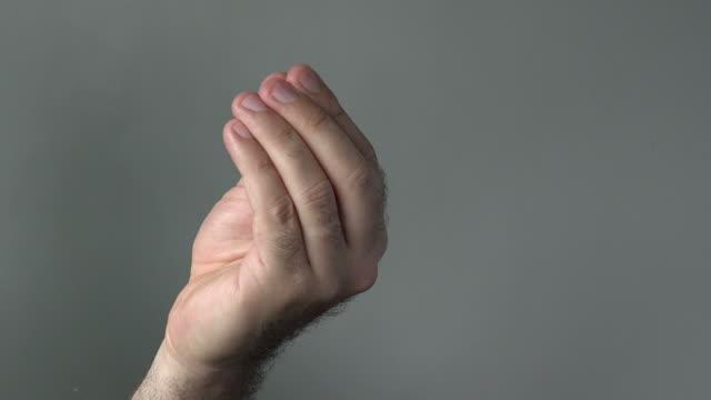 człowiek pokaż z jego palce ręka poczekaj chwilę się - kultura włoska filmów i materiałów b-roll