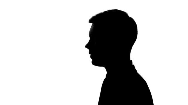 vídeos y material grabado en eventos de stock de hombre mostrando el gesto de silencio, la no revelación de datos secretos, los dedos en los labios - dedo sobre labios