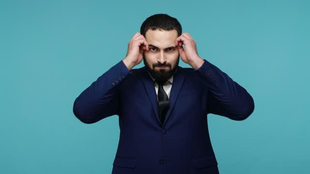 vídeos de stock e filmes b-roll de man shows mind explosion gesture, feels unhappy and nervous - cérebro humano