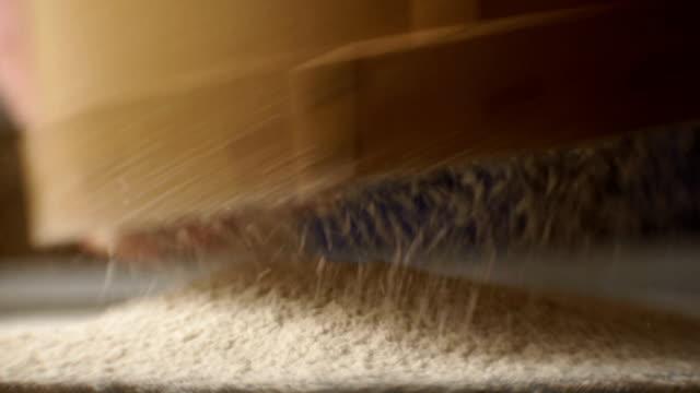 man siebt das mehl durch ein sieb passieren. video - vollkorn stock-videos und b-roll-filmmaterial