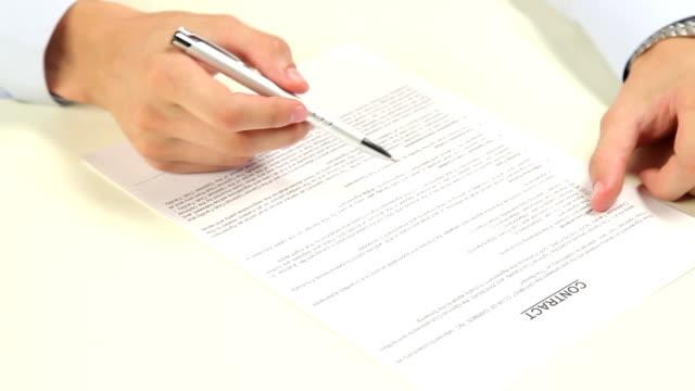 vidéos et rushes de homme signature d'un contrat - tirelire