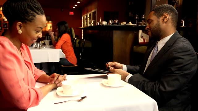 vídeos de stock e filmes b-roll de homem sinais de restaurante bill em ocupado - bills couple
