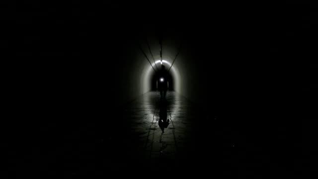silhouette uomo in un bunker di guerra fredda della metropolitana - quartiere generale video stock e b–roll