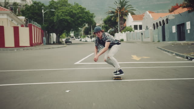 通りに乗る男 - スケートボードをする点の映像素材/bロール