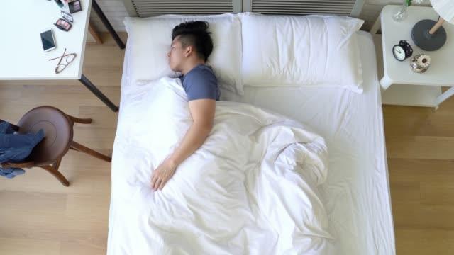 man sleep so deep in the bed - leżeć filmów i materiałów b-roll