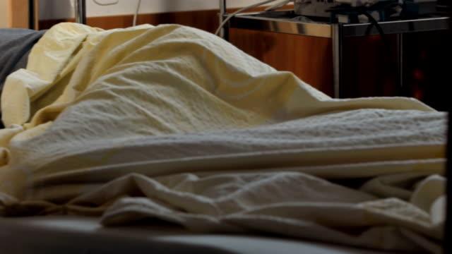 hd dolly: man sleeping in hospital bed - ligga på mage bildbanksvideor och videomaterial från bakom kulisserna
