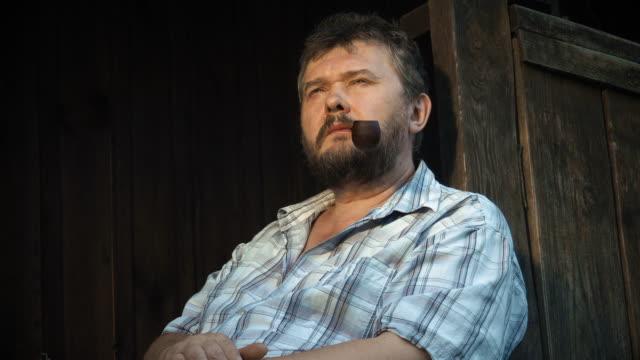 adam pipoyla sigara - bir orta yetişkin erkek sadece stok videoları ve detay görüntü çekimi