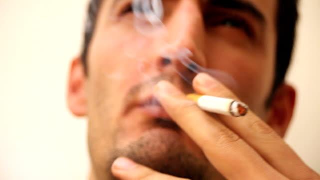 uomo fumare sigaretta - sigaretta video stock e b–roll