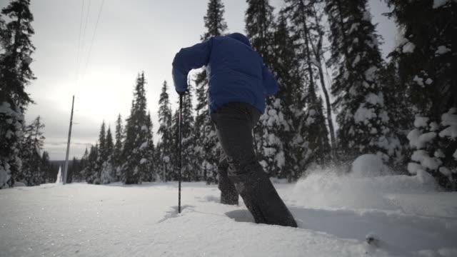 mannen snöskor slowmotion - vintersport bildbanksvideor och videomaterial från bakom kulisserna