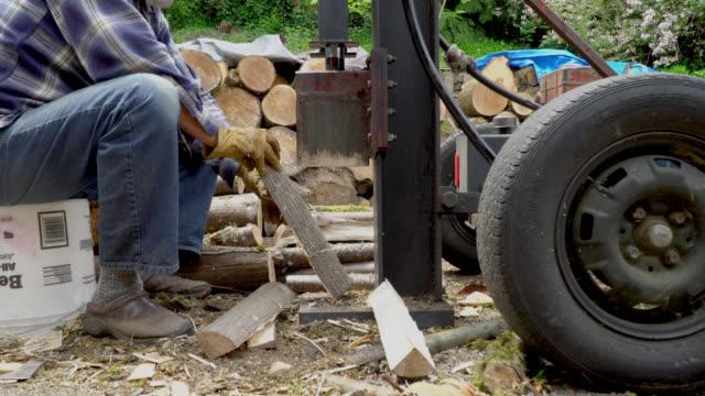 yarma odun ile hidrolik kırık adam - şömine odunu stok videoları ve detay görüntü çekimi